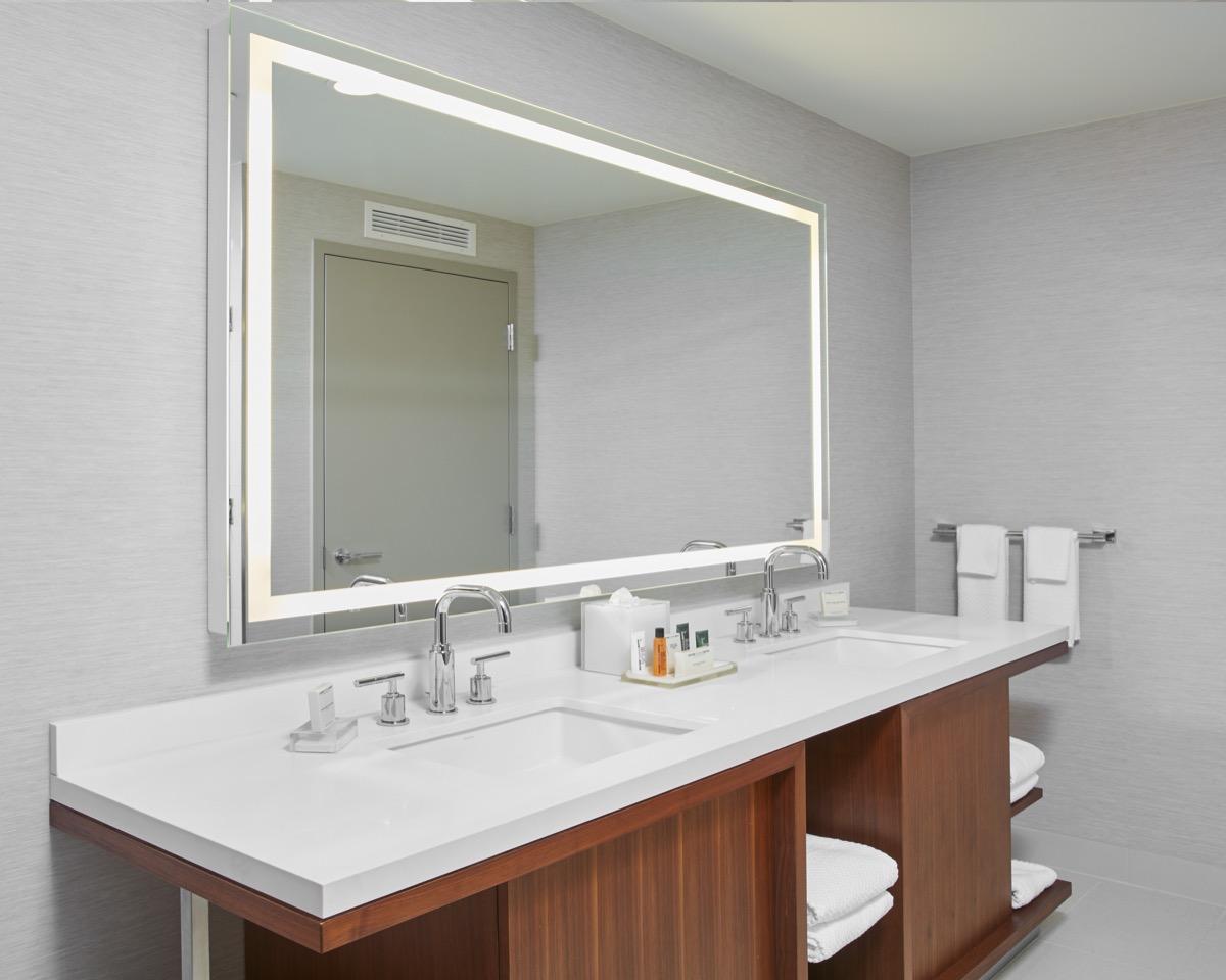 King_Premium_Suite_Pool_View_Bathroom