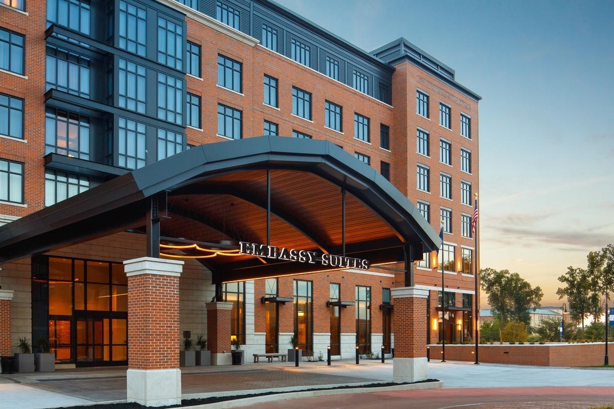 Hilton-2021-Notre_dame_Embassy_suites_suites_Fort_Wayne_exterior near entrance-2A