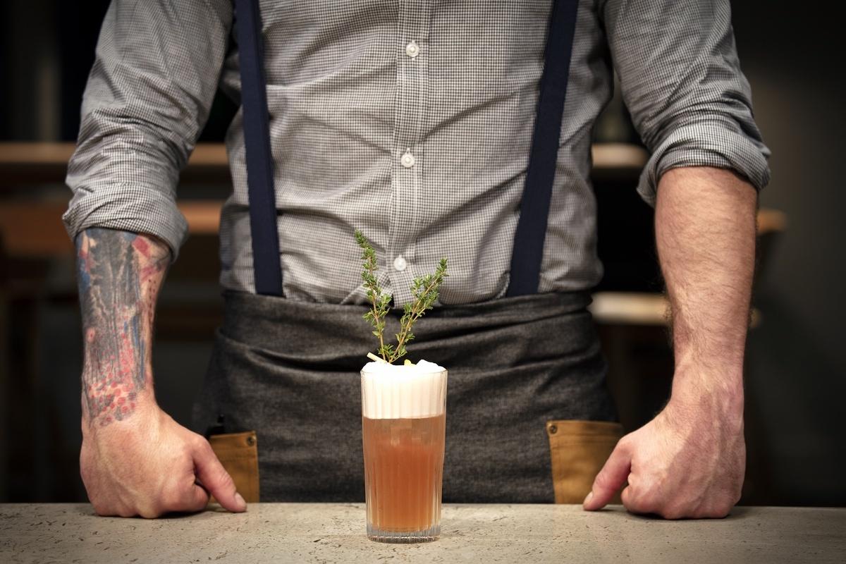IHG-2021-Cocktails with waiter 4