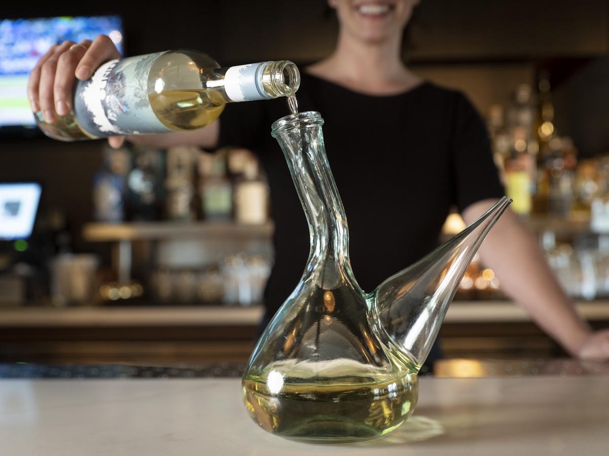 white-lodging-AC bar porron pour alt